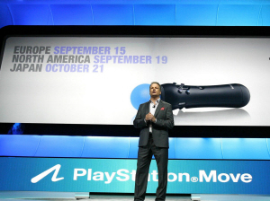 米ゲーム見本市「E3」の記者発表会で「PlayStationMove」について説明するSCE米国法人の幹部(6月15日、ロサンゼルス)=ロイター