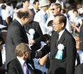 平和記念式典に参列し、秋葉広島市長(右)と握手するルース駐日米大使(6日午前、広島市の平和記念公園)