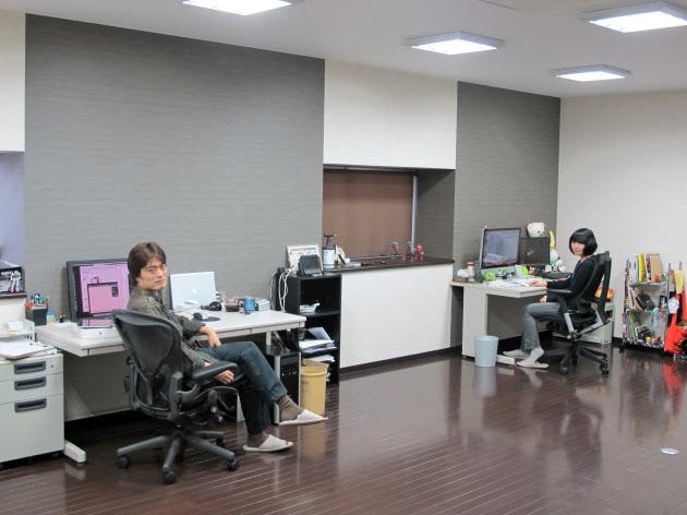 浅田氏(左)と社員1人が働く渚技研のオフィス。改装したてで新築マンションのようにピカピカだ
