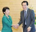 社民党の福島党首と握手する菅首相(6日午前、首相官邸)