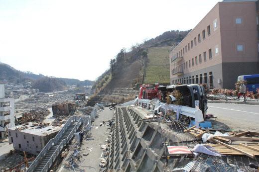 高台の病院を襲った17m超の津波、宮城県女川町 :日本経済新聞