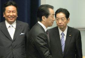 記者会見を終え会見場を後にする菅首相(26日午後、首相官邸)