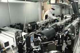浜松ホトニクスの産業開発研究所に設置されたレーザー核融合の実験施設(浜松市)
