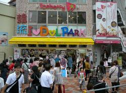 大久保通り沿いの韓流アイドルのグッズ店は若い女性でにぎわう