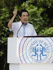 演説で中台の緊張緩和の成果を強調する馬英九総統(8月23日、金門島)=AP