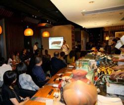 沖縄の歴史や文化を現地の企業幹部らに紹介した(香港の沖縄料理店「ブリッジス」)