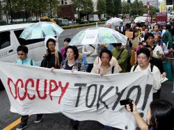 反TPPや脱原発などを掲げデモ行進する人たち(15日午後、東京都千代田区)