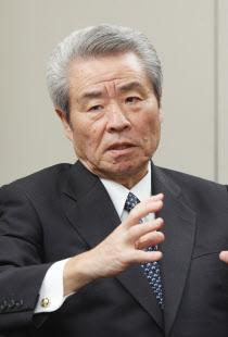 さかね・まさひろ 63年(昭38年)大阪市大工卒、コマツ入社。コマツアメリカ社長を経て01年社長。07年より会長。島根県出身、70歳。