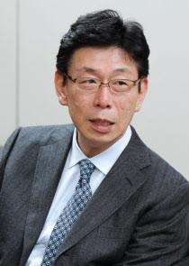 つがみ・としや 80年(昭55年)東大法卒、旧通産省へ。在中国大使館、北東アジア課長などを経て04年より現職。愛媛県出身、54歳。