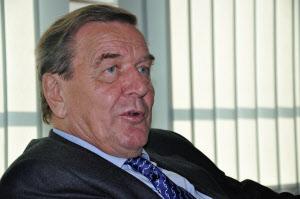 ゲアハルト・シュレーダー氏(Gerhard Schroeder)弁護士を開業する傍らドイツ社会民主党(SPD)で頭角を現す。98年~05年に独首相。03年に失業保険や年金など包括的な構造改革策「アジェンダ2010」を出した。67歳。
