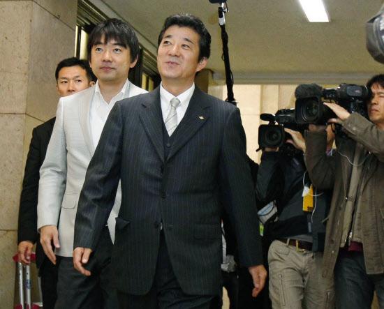 大阪府の松井一郎知事(中央)。左は橋下徹前知事(29日午前)=共同 大阪府の松井一郎知事(中央)
