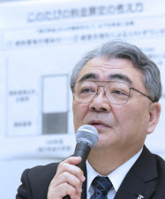 企業向け電気料金の値上げについて記者会見する東京電力の西沢社長(17日、東京・内幸町)