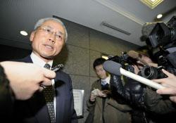 集まった報道陣に対応するAIJ投資顧問の弁護士(24日午前、東京都中央区)=共同