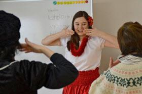 被災者に笑顔を——。被災者にフラダンスを教える、米国人ボランティアのキャサリン・スーさん