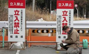 福島県で放射線量を測定する、クラッシュジャパンのナタン・ウィリアムスさん