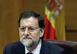スペインは欧州に支援を要請すると見られている(5月5日、与党国民党の会合に出席したラホイ首相)=ロイター