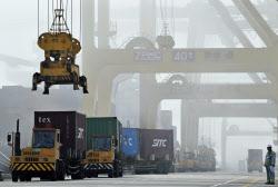 5月の中国の輸出額は前年比15.3%増だった(6月10日、大連の港)=ロイター