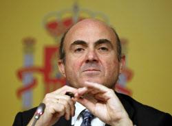 デギンドス経財相は「ユーロを巡る戦いはスペインで起こる」と予想した(6月9日、マドリッドで記者会見に臨んだ同氏)=ロイター