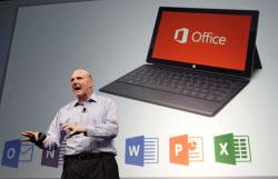 「オフィス」の次世代版を公開する米マイクロソフトのスティーブ・バルマーCEO=AP