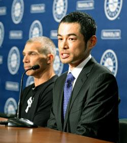 ヤンキース移籍の記者会見をするイチロー外野手。左はヤンキースのジラルディ... イチローがヤンキ