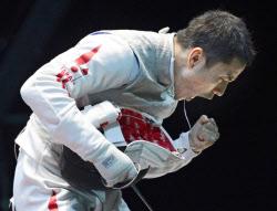 フェンシング男子フルーレ団体の準々決勝、ポイントを奪いガッツポーズの太田(5日、エクセル)=共同