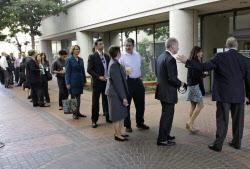 アップルとサムスンの特許訴訟は消費者らの高い関心を集めた。傍聴するため米連邦地裁が入るビルの前で並ぶ人々(21日、米カリフォルニア州サンノゼ市)=AP