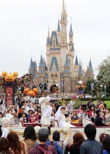 東京ディズニーランドで初の結婚式が行われた(28日午後、
