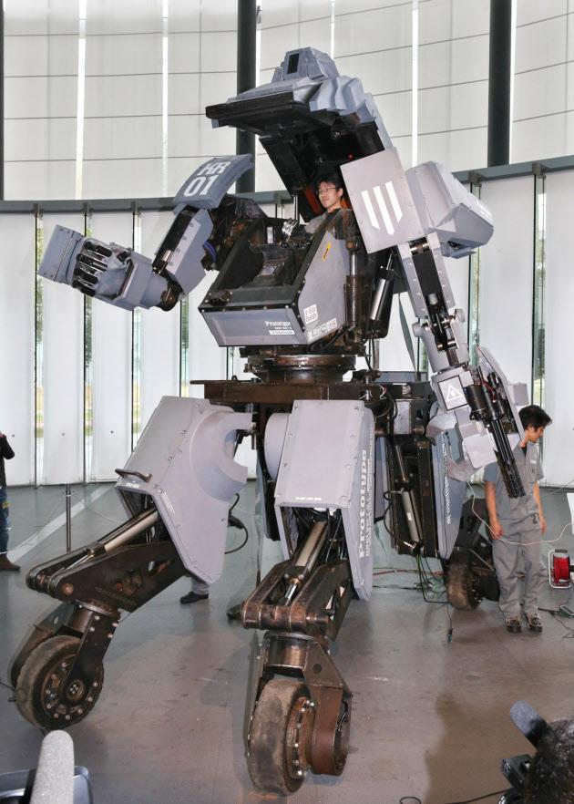 人型ロボ、乗り込んで操縦 日本科学未来館で公開