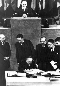 講和条約に49カ国が署名 条約全文を別掲帰ってきた日本(16)日米外交60年の瞬間 特別編集委員・伊奈久喜