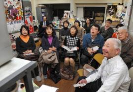 「関西・歌舞伎を愛する会」では、ビデオを見ながら掛け声のタイミングや声色について学ぶ(大阪市中央区)