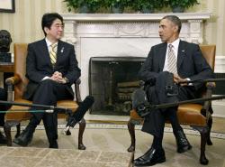 オバマ米大統領と会談する安倍首相(22日、ワシントン)=共同