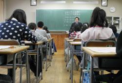 小学校 小学校2年 算数 : 全国学力テストに臨む小学6年生(24日午前、東京 ...