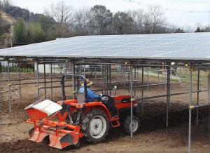 太陽光パネルはトラクターの置き場所にもなる(京都府福知山市)