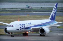 羽田空港に到着した全日空のボーイング787型機(26日)