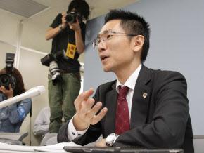 競馬脱税事件の判決を受け、記者会見する弁護士(23日)