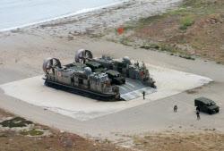 日米が上陸訓練。ホーバークラフト型揚陸艇で上陸した陸上自衛隊の車両(17日、サンクレメンテ島)