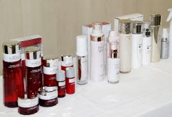 カネボウ化粧品が自主回収すると発表した商品の一部(4日、東京・大手町)=共同