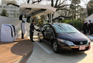 ホンダが開発した、外部に電力を供給できる燃料電池車。「水素ステーション」も設置し、普及を図る