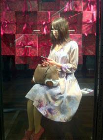 ジェミノイドFを展示した新宿高島屋でのキャンペーン風景=大阪大学提供