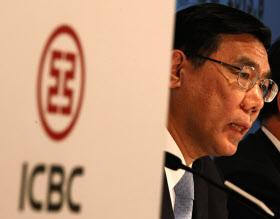 決算発表の席で質問に答える中国工商銀行の姜建清董事長(8月29日、香港)=ロイター