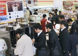 コーヒー市場「ホット」に コンビニ台頭で競争激化 :日本経済新聞