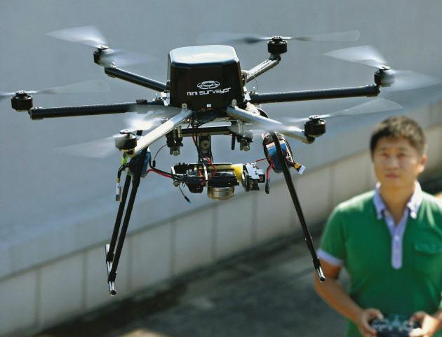 6枚のプロペラで飛行し、写真や動画が撮影できる(千葉市稲毛区の千葉大学)