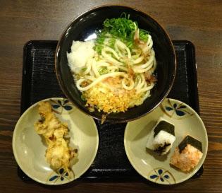 「うどん大+おにぎり2つ+天ぷら」の組み合わせ。一般のうどん店でこれくらい食べると、960キロカロリー程度に……