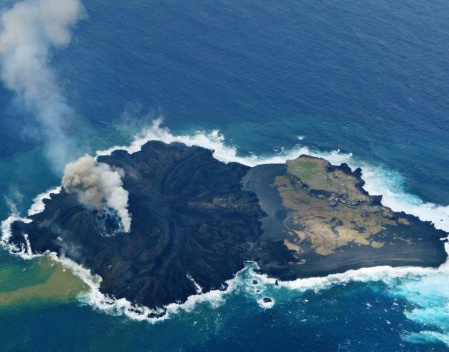 「新島」(左側)と一体化し、面積が拡大した小笠原諸島の西之島(20日)=海上保安庁提供