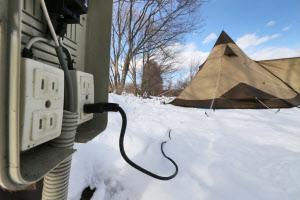 延長コードを使いテント内に電源を引き込める施設が増えてきた