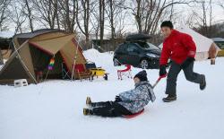 外では子どもたちが雪遊びを楽しむ声が寒空に響く