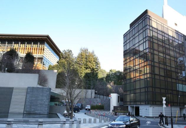 国家安全保障局が入るビル(右)は首相官邸(左)の目の前(東京・永田町)