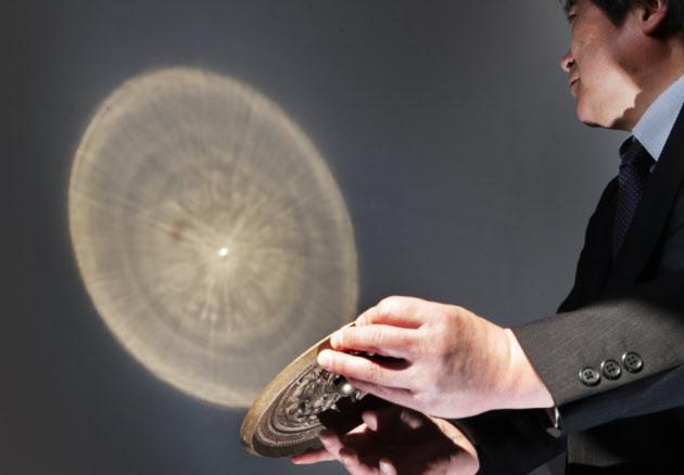 3Dプリンターで作ったレプリカの実験で「魔鏡」の現象がおきた三角縁神獣鏡(29日、京都市東山区の京都国立博物館)