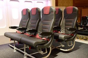 新しい普通席は、前席との間隔が5センチ拡大。本革を採用した上で、滑りにくい工夫も施した(1月30日、東京・港)=日本航空提供