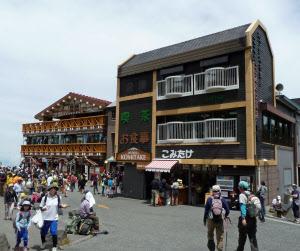 デザインに統一感が無い富士山5合目(山梨側)の建物